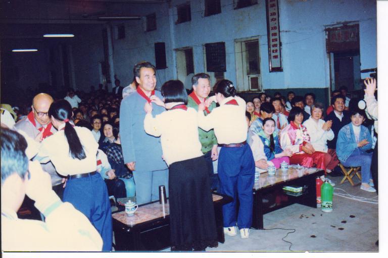 下图为:晚会上刘凯老师给庞老师戴红领巾-智能气功内容 智能气功网 图片